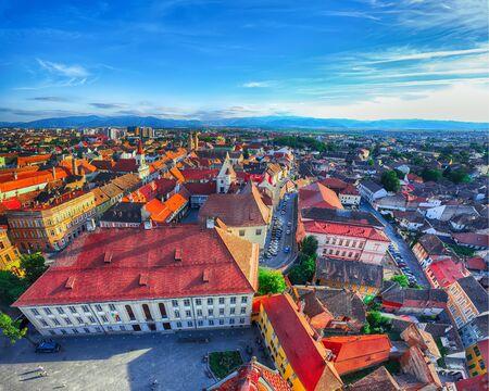 Ciudad vieja de la ciudad de Sibiu vista desde el campanario de la catedral, vista con la plaza Huat en primer plano. Paisaje aéreo de la ciudad de Sibiu. Impresionante escena matutina de Transilvania, Rumania, Europa Foto de archivo