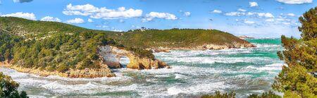 Gargano coast: San Felice arch (Architello). Vieste, San Felice arch rock bay, Gargano peninsula, Apulia, southern Italy, Europe. 스톡 콘텐츠