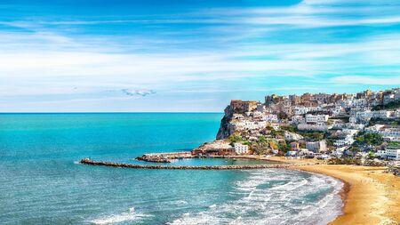 Picturesque Peschici with wide sandy beach in Puglia, adriatic coast of Italy. Location Peschici, Gargano peninsula, Apulia, southern Italy, Europe. 스톡 콘텐츠