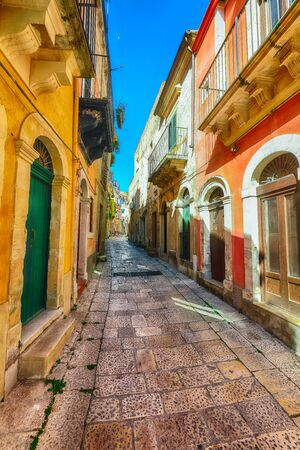 Walking around the old streets of  baroque town Ragusa Ibla. Historic center called Ibla builded in late Baroque Style. Ragusa, Sicily, Italy, Europe. Imagens