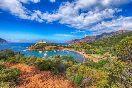 Bucht von Girolata im Naturschutzgebiet von Scandola. Es ist nicht mit dem Auto zu erreichen, nur zu Fuß oder mit Booten. Orb: Golf von Girolata, Corse du Sud, Korsika, Frankreich, Europa Standard-Bild