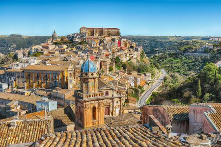 Zonsopgang bij de oude barokke stad Ragusa Ibla op Sicilië. Historisch centrum genaamd Ibla gebouwd in laat-barokke stijl. Ragusa, Sicilië, Italië, Europa. Stockfoto