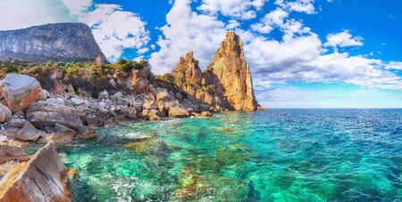 Spectacular view of Punta Pedra Longa and azure water in sea. Location: Baunei, Province of Nuoro, Sardinia, Italy, Europe 스톡 콘텐츠