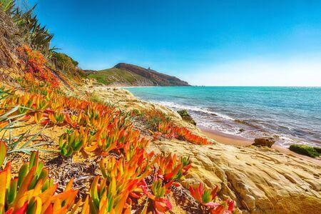 Colorida mañana de verano en la playa de Giallonardo. Sicilia, Italia, mar Mediterráneo, Europa