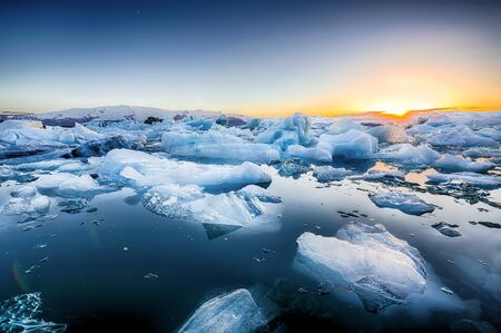 Bellissimo paesaggio con iceberg galleggianti nella laguna glaciale di Jokulsarlon al tramonto. Ubicazione: laguna glaciale di Jokulsarlon, parco nazionale di Vatnajokull, sud dell'Islanda, Europa