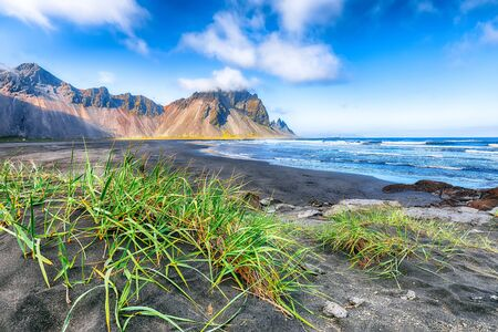 Fantastic sunny day and gorgeous black sand dunes on Stokksnes cape in Iceland. Location: Stokksnes cape, Vestrahorn , Iceland, Europe. Foto de archivo - 130715967