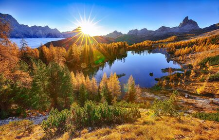 Stunning aerial view of  crystal clear Lake Federa in Dolomites Alps under sunlight in mist and fog. Fantastic autumn sunrise in Dolomites. Location: Federa lake with Dolomites peak, Cortina DAmpezzo, South Tyrol, Dolomites, Italy, Europe Stockfoto