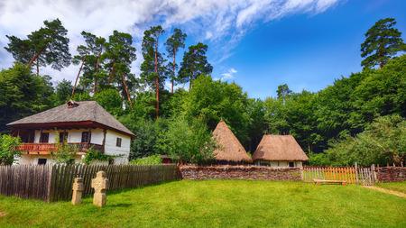 Fantastic summer scene in Transylvania. View of traditional romanian peasant houses. Beauty of countryside rural scene of Transylvania, Romania, Europe. Foto de archivo - 132886340