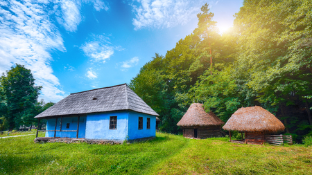 Fantástica escena de verano en Transilvania. Vista de las casas campesinas tradicionales rumanas. Belleza de la escena rural del campo de Transilvania, Rumania, Europa.