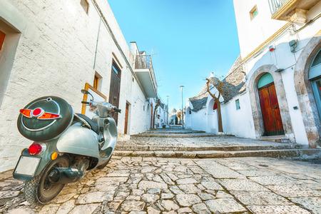 Trulli of Alberobello typical houses street view. Town of Alberobello, village with Trulli houses in Puglia Apulia region, Southern Italy Foto de archivo - 134189386