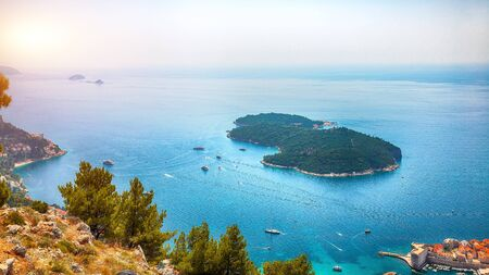 Aerial panoramic view of Lokrum island and Old Town of Dubrovnik on a sunny day. Location: Dubrovnik, Dalmatia, Croatia, Europe Banque d'images