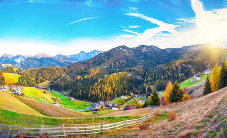 Captivating autumn view of Antermoia alpine village in Dolomites. Location: Bolzano, Dolomite Alps, South Tyrol, Italy, Europe Banco de Imagens