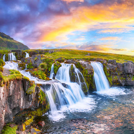 Fantastic view on Kirkjufellsfoss waterfall near Kirkjufell mountain at sunset. Location: Kirkjufellsfoss, Grundarfjordurn, Iceland, Europe Foto de archivo