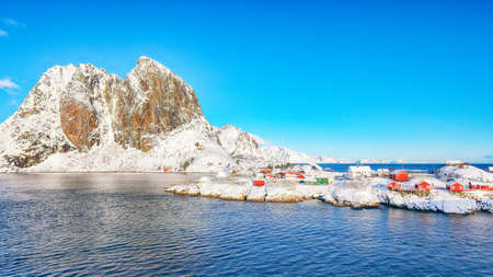 Picturesque winter view on Hamnoy village and Festhaeltinden mountain on background. Popular tourist destination on Lofotens. Location: Hamnoy, Moskenesoya, Lofoten; Norway, Europe Foto de archivo