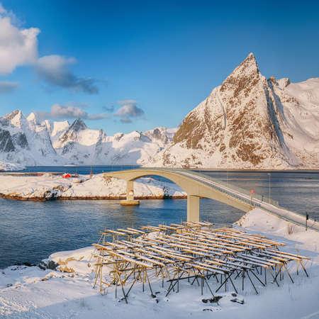Panoramic winter view on Reine, villages and bridge to Olenilsoya island. Location: Hamnoy, Moskenesoya, Lofoten; Norway, Europe Foto de archivo