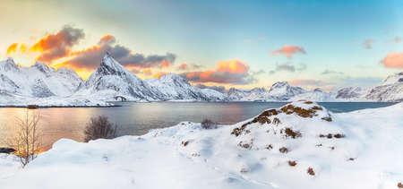 Fabulous morning view of Torsfjorden fjord with Fredvang cantilever bridge and Volandstinden peak at sunrise. Location: Ramberg, Flakstadoya island, Lofoten; Norway, Europe Foto de archivo