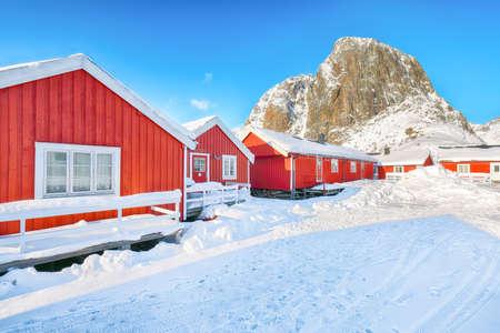 Winter view on Hamnoy village and Festhaeltinden mountain on background. Location: Hamnoy, Moskenesoya, Lofoten; Norway, Europe Foto de archivo