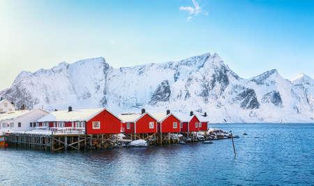 Traditional Norwegian red wooden houses (rorbuer) on the shore of Reinefjorden near Hamnoy village. Location: Hamnoy, Lofoten; Norway, Europe Foto de archivo