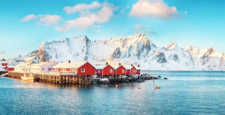 Traditional Norwegian red wooden houses (rorbuer) on the shore of Reinefjorden near Hamnoy village. Location: Hamnoy, Lofoten; Norway, Europe Stock fotó