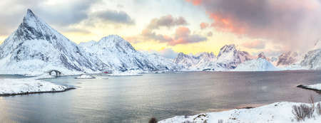 Picturesque morning view of Torsfjorden fjord with Fredvang cantilever bridge and Volandstinden peak at sunrise. Location: Ramberg, Flakstadoya island, Lofoten; Norway, Europe Imagens