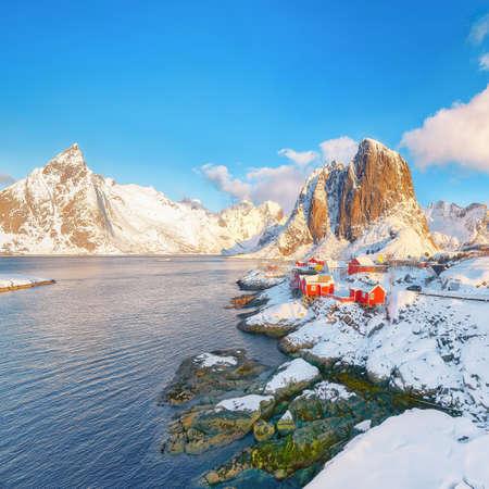 Picturesque winter view on Hamnoy village and Festhaeltinden mountain on background. Popular tourist destination on Lofotens. Location: Hamnoy, Moskenesoya, Lofoten; Norway, Europe Imagens