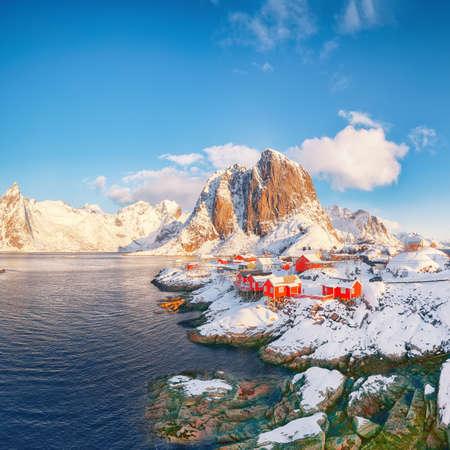 Fantastic winter view on Hamnoy village and Festhaeltinden mountain on background. Popular tourist destination on Lofotens. Location: Hamnoy, Moskenesoya, Lofoten; Norway, Europe 免版税图像