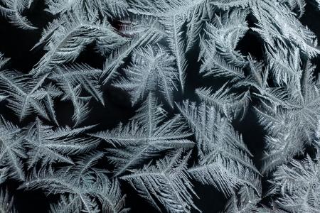 iceflower: Trama di pattern di sfondo di fiori veri di ghiaccio sul vetro finestra invernale.