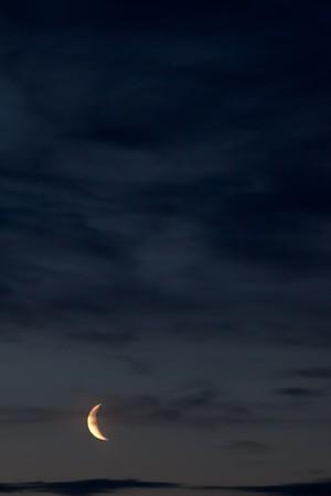 Nachthimmel mit Mond und einige Wolken