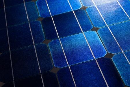 silicio: Patr�n de obleas de c�lula solar en los paneles solares fotovoltaicos con sol resplandor. Foto de archivo