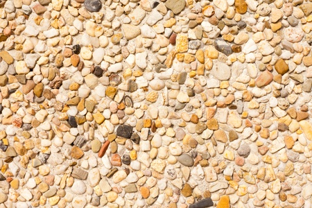 Colorfull piccoli ciottoli formatura superficie della lastra di muro di cemento. Archivio Fotografico - 8579024