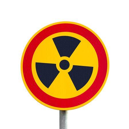 radiactividad: Signo de radiactividad simb�lico en metal post aislada sobre fondo blanco.