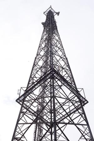 Metall Turm mit verschiedenen Kommunikation Antennen, isoliert auf weiss.