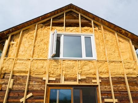 Renovatie van oude huis: muur wordt bespoten met vloeibaar isolatieschuim voor het opruimen gaat maar door. Stockfoto - 9901388