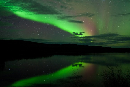 오로라: 밤 하늘 별, 구름 및 오로라 유콘, 영토, 캐나다에서에서 진정 호수에 미러링됩니다. 스톡 사진