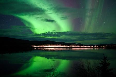 polar light: Estrellas del cielo nocturno, las nubes y la aurora boreal en carretera en la orilla del lago, Yukon, Territorios, Canad�.