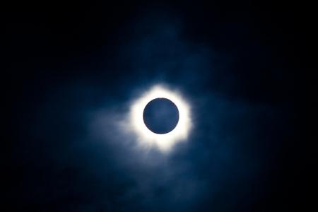Totale zonsverduistering met de maan verduistert de schijf van de zon, zodat alleen de corona is zichtbaar als een heldere ring