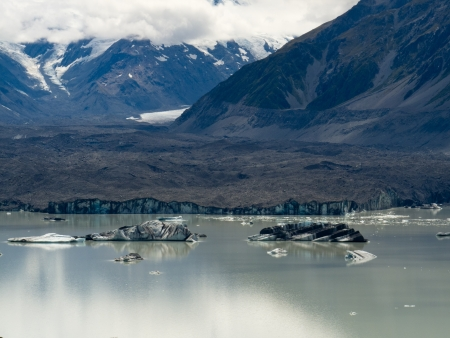 aoraki mount cook national park: Tasman Glacier Lake with floating icebergs in Aoraki Mount Cook National Park
