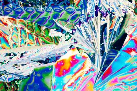 Kleurrijke apearence van kristallen van wijnsteenzuur, een van de vele compunds gevonden in druiven en wijn, in gepolariseerd licht.