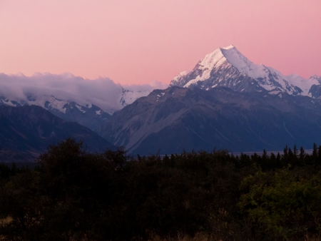 lofty: Romantic sunset at Aoraki, Mount Cook, highest peak of Southern Alps, an iconic New Zealand landscape