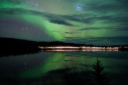 polar light: Estrellas del cielo nocturno, las nubes y las luces del norte sobre camino vecinal en la orilla del lago, Yukon, Territorios, Canad�. Foto de archivo
