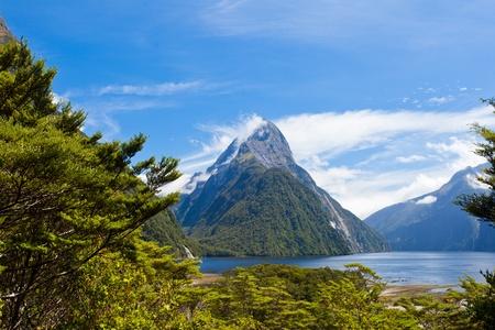 Milford Sound and Mitre Peak in Fjordland National Park, Southern Alps, New Zealand Banco de Imagens