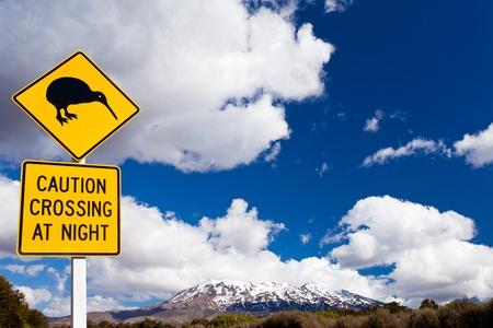 Nieuw-Zeeland Road Sign Aandacht Kiwi Crossing op weg bij actieve vulkaan van Mount Ruapehu in Tongariro National Park Stockfoto