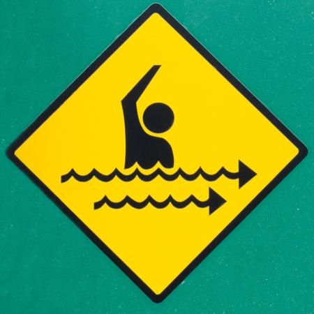ahogarse: Dangerous rip símbolo actual señal de advertencia de peligro en la pared pintada testigo verde de mar adentro corrientes de resaca que pueden tomar los nadadores en el océano