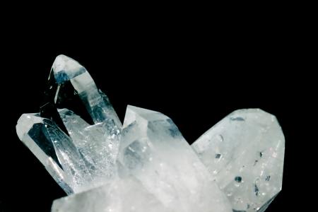 silicio: Grupo de cristales de roca o cuarzo puro, una variedad macrocristalina clara de sílice SiO2 aislado en el fondo negro se dice que esta piedra preciosa para que la piedra del fuerte poder de curación para abril
