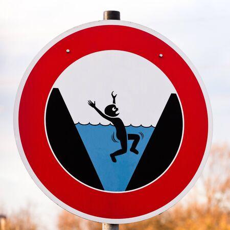 ahogarse: Circular peligro señal de advertencia de peligro de ahogarse con una ilustración gráfica que muestra una persona atrapada por un entorno que se ahogan en el agua azul