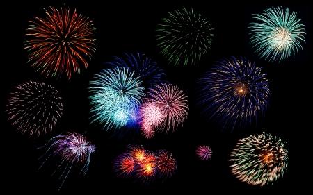 Verzameling van kleurrijke feestelijke vuurwerk sterretjes groet en petards explosies geïsoleerd op zwarte achtergrond van de nachthemel als design elementen Stockfoto