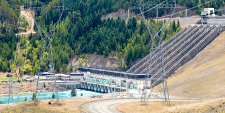 torres de alta tension: Gran escala de la central hidroeléctrica headpipes generador de alto voltaje casa y torres de alta tensión de la línea de alimentación en el Lago Benmore Isla Sur de Nueva Zelanda Foto de archivo