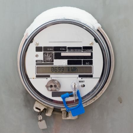 Modern smart grid residentiële digitale voeding meter geeft kilowatthours van de verbruikte elektrische energie