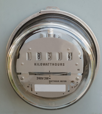 Residential electric power supply meter clearly showing the kilowatt-hours of consumed energy Standard-Bild