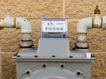 Residentiële aardgas meter op de buitenmuur om huishoudelijke energieconsumptie shows lezen op de display wijzerplaat meten